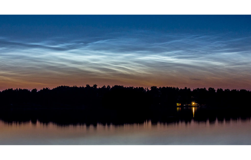 nattlysande moln över stockholms skärgård